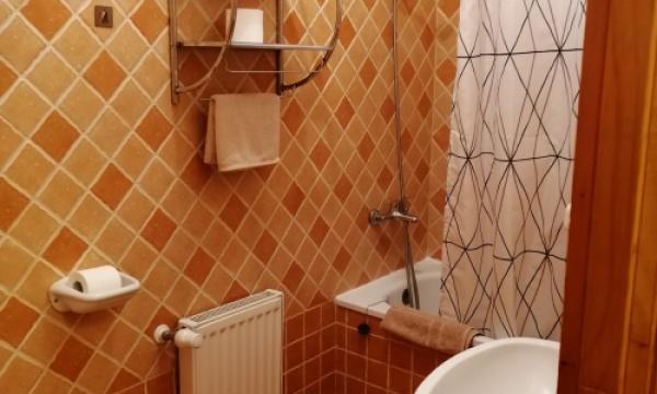 Szállás Esztergom, egyágyas szoba televízióval hűtővel fürdőszobával