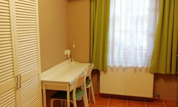 A szobában LCD TV, ruhásyzekrény, íróasztal.