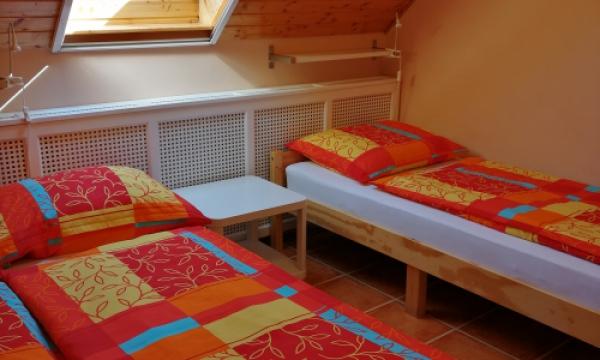 Szállás svédasztalos reggelivel, tetőtéri szoba franciaággyal és egy pótággyal
