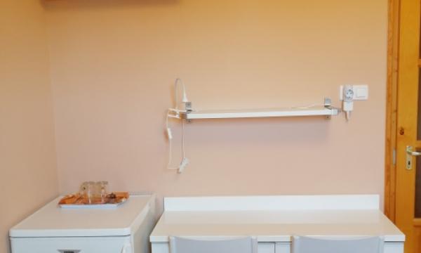 Szoba kiadó, franciaágyas szoba felszereltsége: Hűtő, Tv, asztal székekkel, légkondi