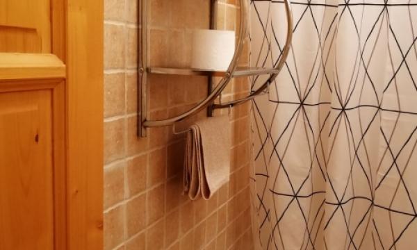 Szállás Esztergom,  fürdőszoba felszereltsége: kád, zuhanyfüggöny, törölköző,...