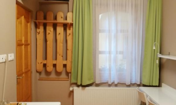 Szabad szoba Esztergom, franciaágyas szoba felszereltsége: hűtő, Tv, asztal székekkel, légkondi