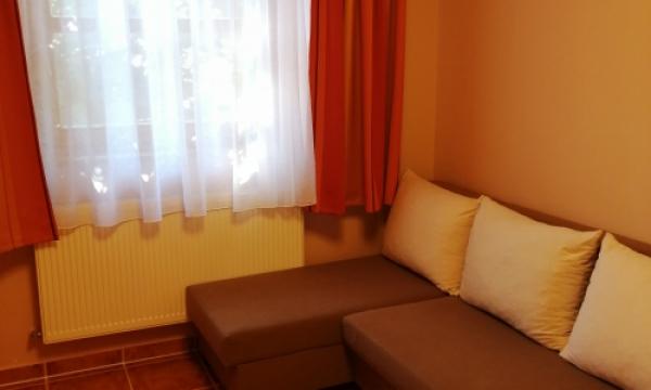 Szállás Esztergom, emeleti háromágyas szoba kihúzható kanapéval