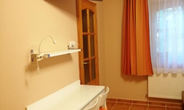 Esztergomi szállás, szoba Tv, hűtő, íróasztal, dupla ágy, szimpla ágy