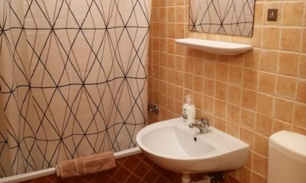 Szálláshel Esztergom, háromágyas szoba kádas fürdőszoba, hajszárító