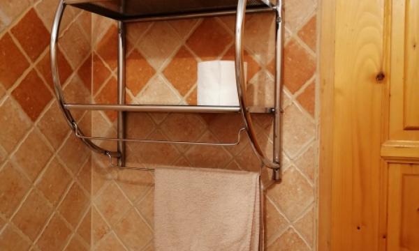 Kárpátia Esztergom, háromágyas szoba fürdőszoba törölközővel