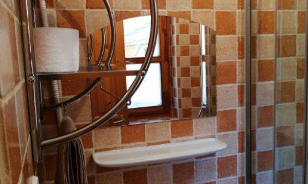 kiadó szobák Esztergomban, háromágyas fürdőszobás szoba, hűtőszekrénnyel