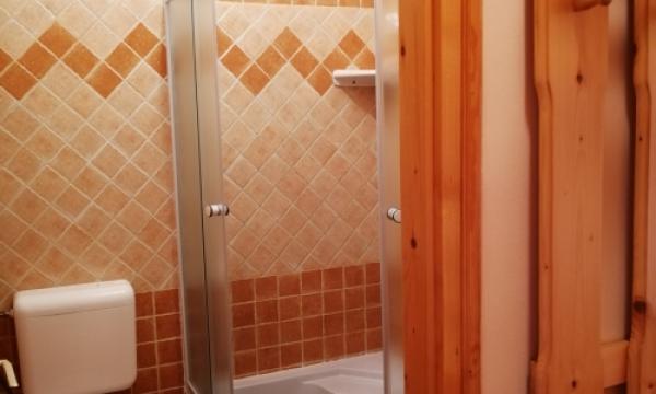 Szoba kiadó, háromágyas szoba zuhanyzóval