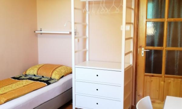 Szálláshely Esztergom háromágyas szoba, síkképernyős televízió, íróasztal
