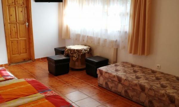 Hotel Esztergomban, tetőtéri családi, hétágyas szoba, TV, klíma