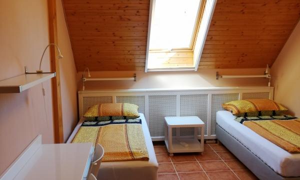 3 db. szimpla ágy a szobában.